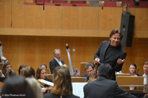 Kristjan Järvi dirigiert das DSO Berlin (Copyright: rbb/Thomas Ernst)